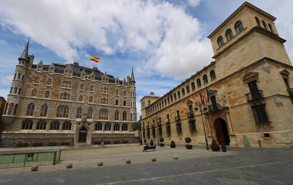 Casa Botines & Palacio De Los Guzmanes